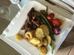 Rinderfiletstreifen mit Bratkartoffeln und Gemüse